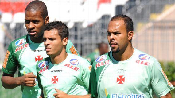Dedé, Ramon e Alecsandro, respectivamente da esquerda para direita, durante treinamento do Vasco em São Januário