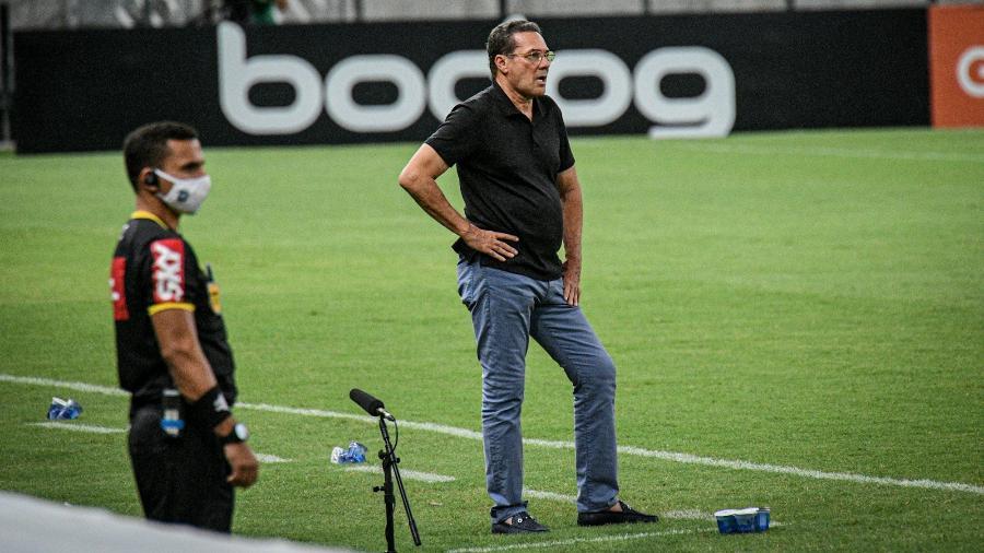 Vanderlei Luxemburgo, técnico do Vasco, observa partida contra o Fortaleza, no Castelão